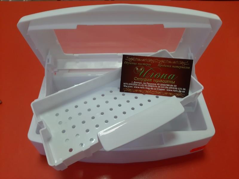 Пластиковый контейнер для химической стерилизации инструмента.
